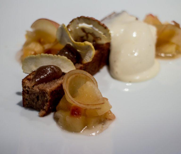 Biscuit moelleux aux marrons pommes confites et crème glacée au lait
