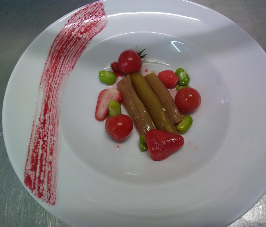 Rhubarbe confite, sirop à la vanille, fraises et Lisette