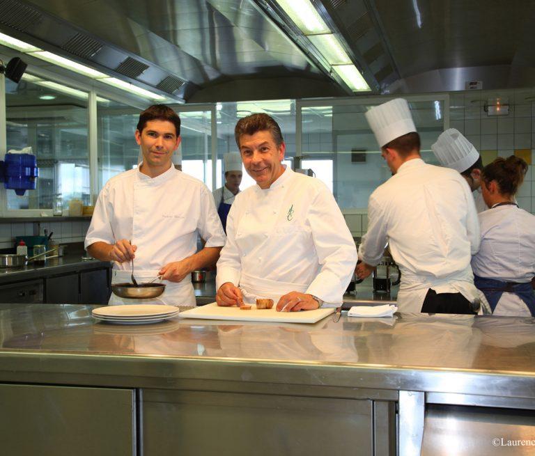 En cuisine avec Régis et Jacques Marcon Copyright Laurence Lager-Barruel – De Borée1360 1160